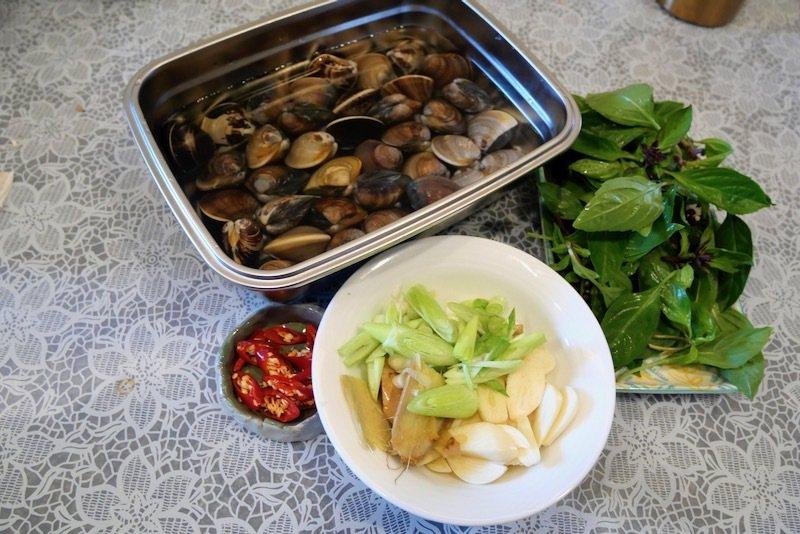炒蛤蠣,九層塔是最佳的配料。