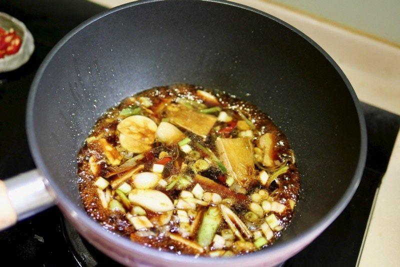 炒蛤蠣,第一步驟的爆香和炒醬汁,是這道菜味美的關鍵:鍋放橄欖油1匙,開小火,放入薑蒜爆香後再加入蔥白後略炒,再放入事先調和好的調味醬汁煮開。