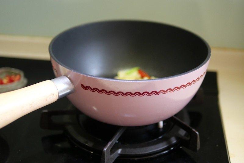 家樂福新買的不沾鍋的鍋子,用來做熱炒料理,非常的好用,