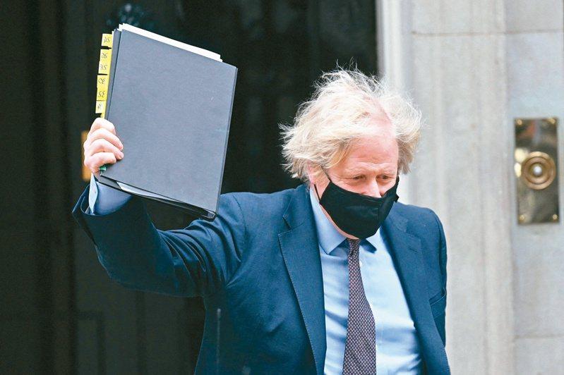 英國首相強生十六日離開首相府,準備向國會簡報新的外交政策大綱。英國外交政策重點將轉向印度與太平洋地區,這是卅年前冷戰結束後,英國外交與國防政策最大規模的檢討,英國核彈頭數量也將從一百八十枚提高到兩百六十枚。(法新社)