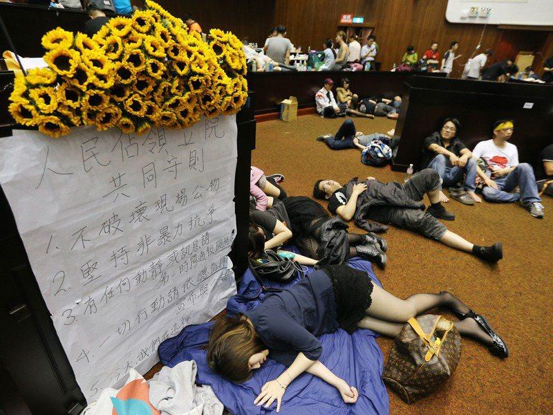太陽花學運,當年反黑箱服貿民主陣線等民間團體和學生深夜突破立法院警力,占領立法院議場。圖/聯合報系資料照片