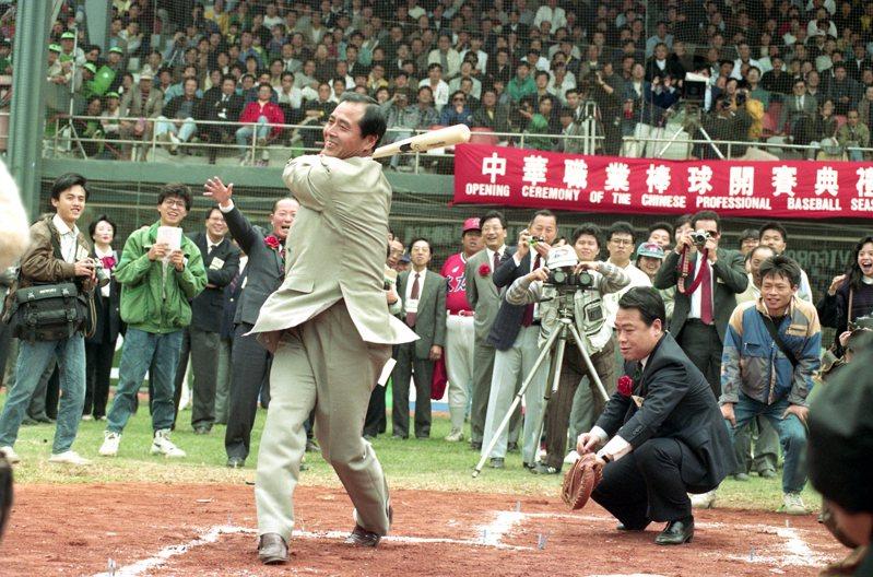 1990年3月17日中華職棒舉行開幕賽,開球儀式中,捕手由時任中華職賽聯盟會長唐盼盼(右)擔任,「世界全壘打王」王貞治(左)揮出我國職棒史上的第一棒。圖/聯合報系資料照片