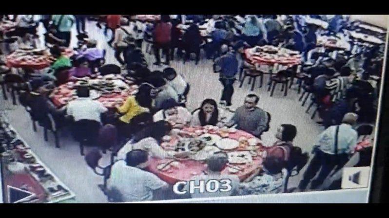 新北市新店區復興里長劉洪珠帶里民出遊,昨在花蓮市區餐廳用餐。記者王燕華/翻攝
