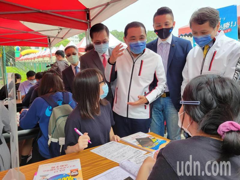 新北市長侯友宜(右三)關心學生想找的工作類型。記者江婉儀/攝影