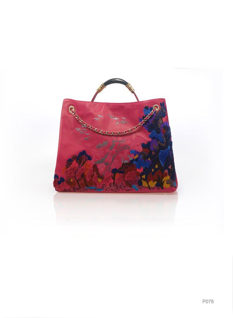 桃紅色刺繡包,原價65,800元、特價32,900元。圖/夏姿提供