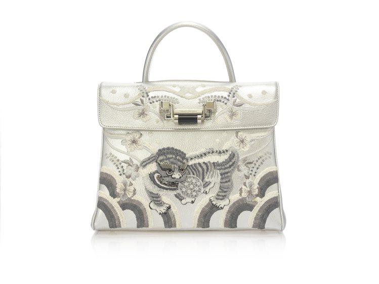 銀白色刺繡包,原價72,800元、特價14,560元。圖/夏姿提供
