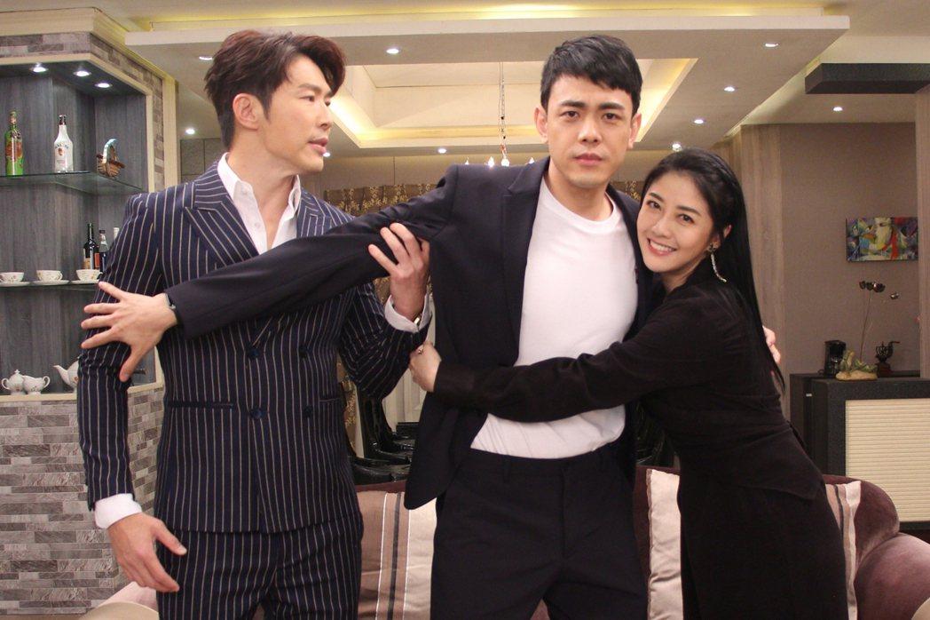 黃少祺(左)和韓瑜(右)在「天之驕子」中的兒子李家慶出現。圖/三立提供