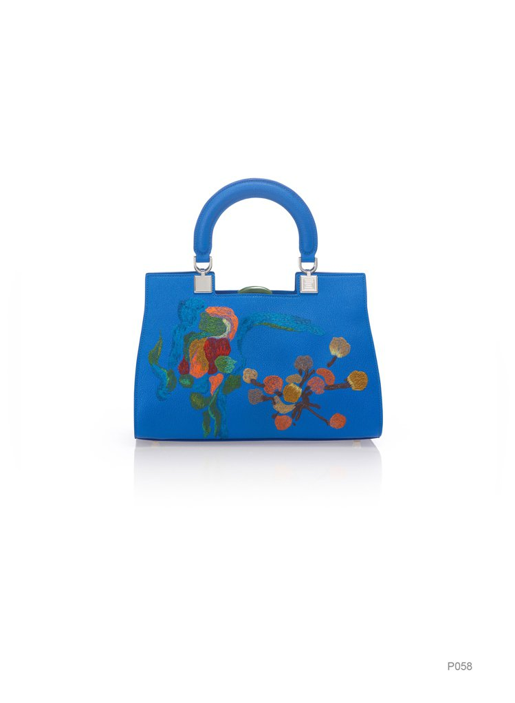 寶藍色刺繡包,原價73,800元、特價11,070元。圖/夏姿提供