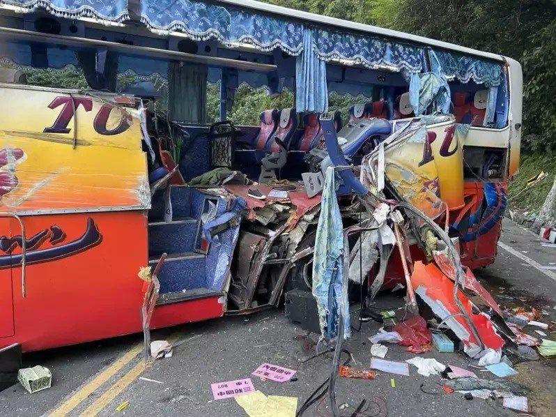 宜蘭縣蘇澳鎮台9線蘇花公路115公里處,昨天遊覽車疑似因煞車失靈,自撞山壁事故。圖/宜蘭縣消防局提供
