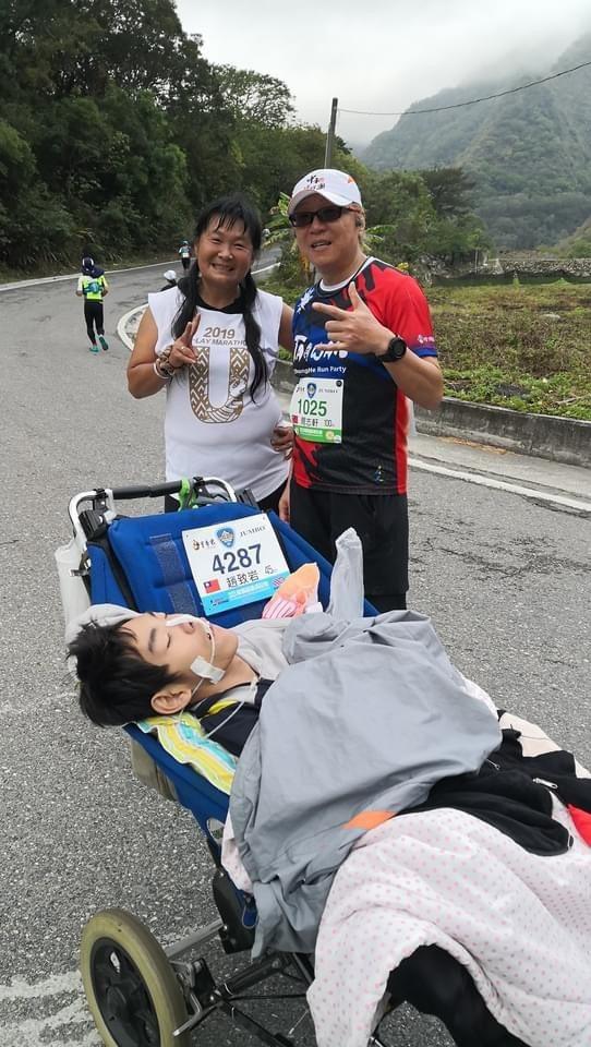 陳嘉齡以特製推車,日前帶兒子比比完成南橫超級馬拉松,這是母子倆一起完成的第154場馬拉松路跑。圖/陳嘉齡提供