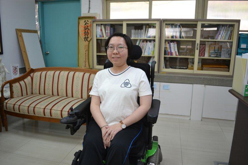台南女中學生郭沛蓉罹患脊椎性肌肉萎縮症,沒被病魔打倒,錄取成大資訊工程學系。記者鄭惠仁/攝影
