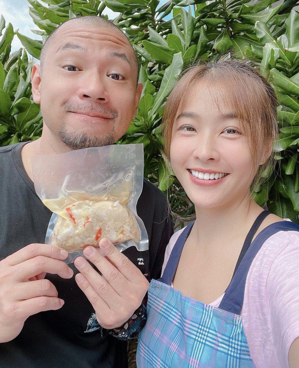 小嫻(左)和金剛,開發出自己的雞翅料理。圖/小嫻IG