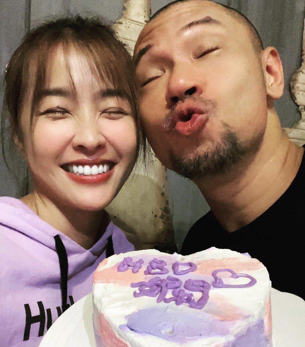 小嫻(左)9日生日時,金剛親手為她做了生日蛋糕。圖/金剛IG