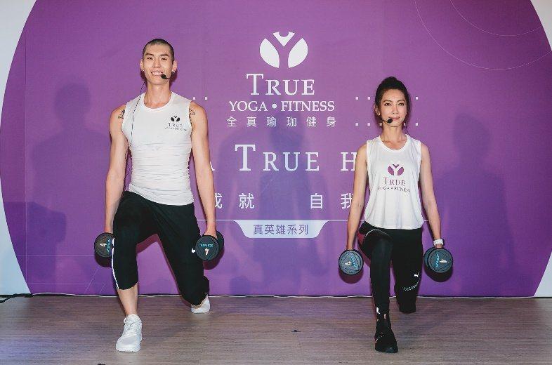 杜威(左)示範健身動作,林韋君跟著做。圖/TRUE YOGA FITNESS提供