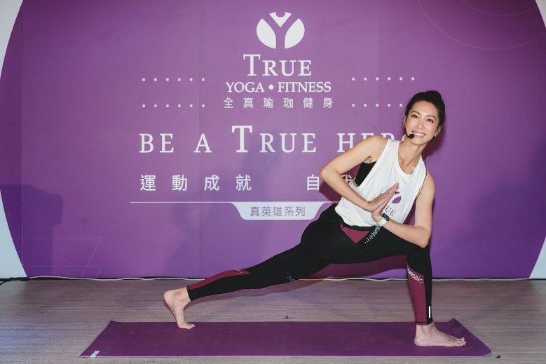 林韋君做「扭轉側角式」,因為瑜伽找回自信。圖/TRUE YOGA FITNESS...