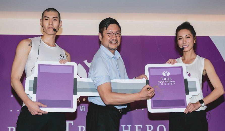 林韋君(左起)、集團執行董事史奎謙、杜威出席瑜伽健身會館活動。圖/TRUE YO...