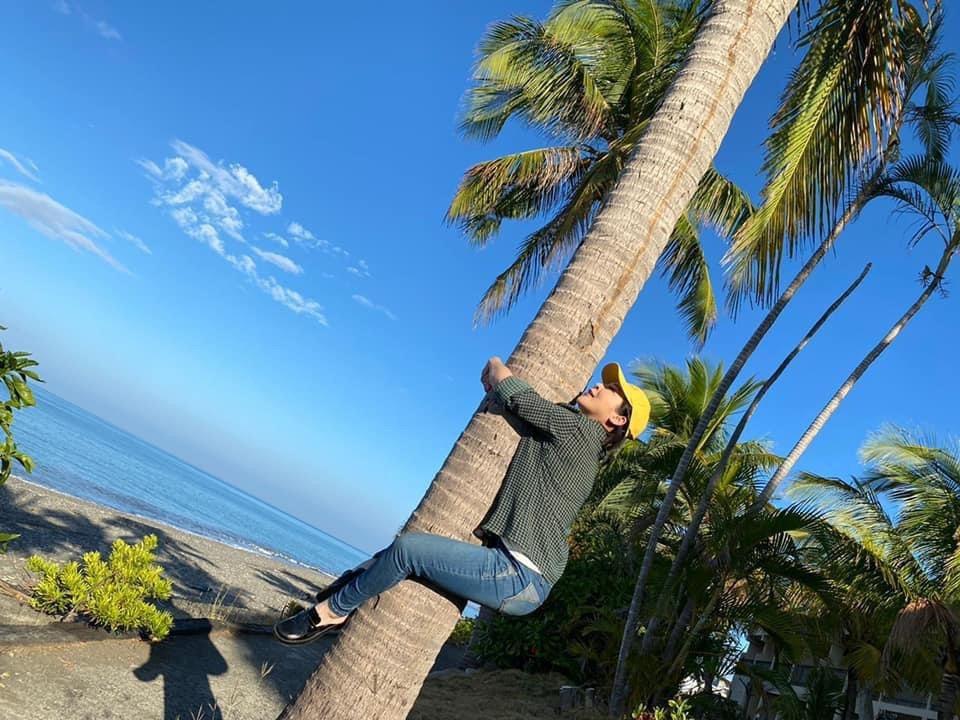 王彩樺在屏東拍戲,見天氣晴朗,一時興起爬上椰子樹。圖/民視提供