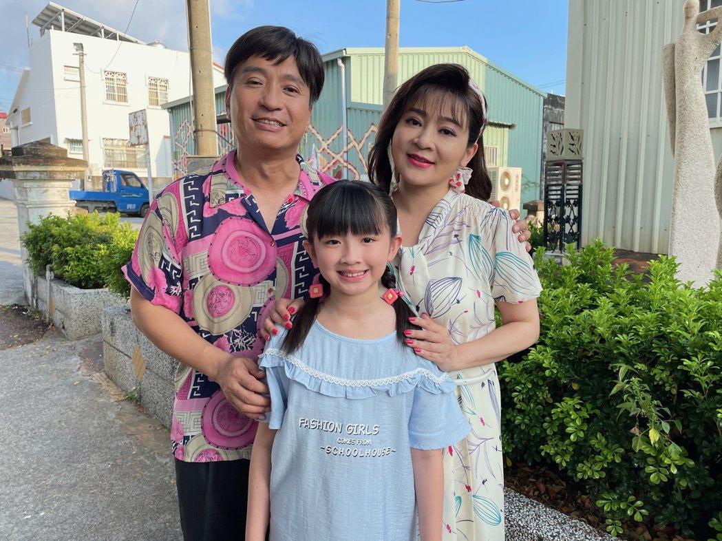 王中平(左)、王彩樺、童星謝涵羽在「黃金歲月」中演出一家人。圖/民視提供