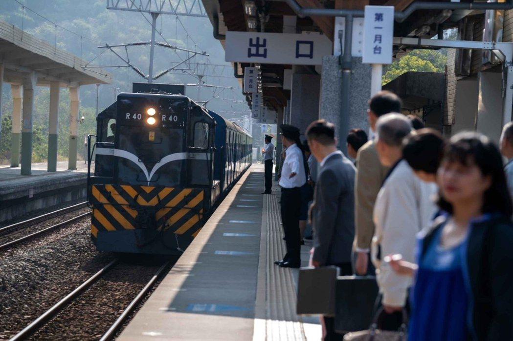 「黃金歲月」到屏東取景,劇組特地向台鐵借到已退休的「藍皮火車」。圖/民視提供