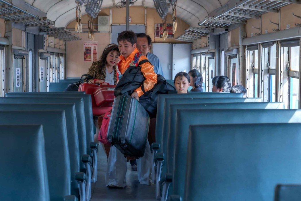 王彩樺(左)、王中平演出新戲「黃金歲月」,戲中趕搭火車跑做秀場。圖/民視提供