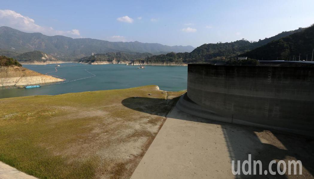 台灣遭逢56年來最嚴重乾旱,水情十分嚴峻,台南曾文水庫有效蓄水量已經低於15%。...