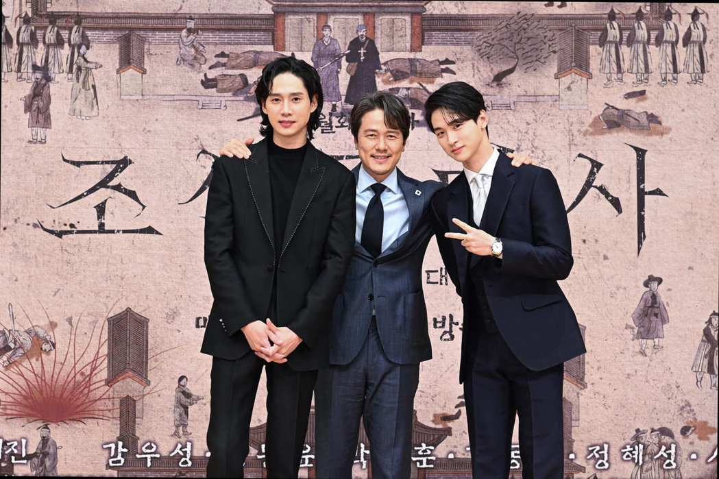 朴成勳(左起)、甘宇成以及張東潤在「朝鮮驅魔師」記者會上互動熱烈。圖/friDa