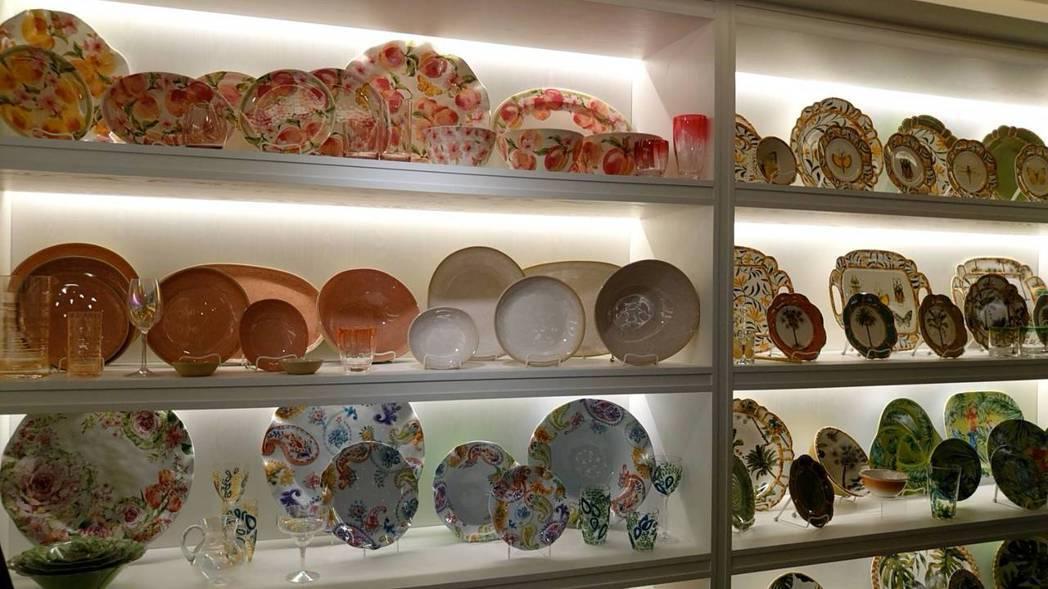 嘉威旗下的功能性餐具主要是塑料製成,不過外型與瓷器相似,卻兼具時尚設計及輕量安全...