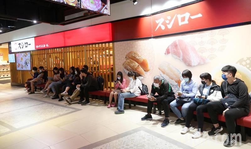 台灣上百人為了吃免費壽司而改名為「鮭魚」,除了在國內引起話題,也登上國際媒體版面。記者劉學聖/攝影