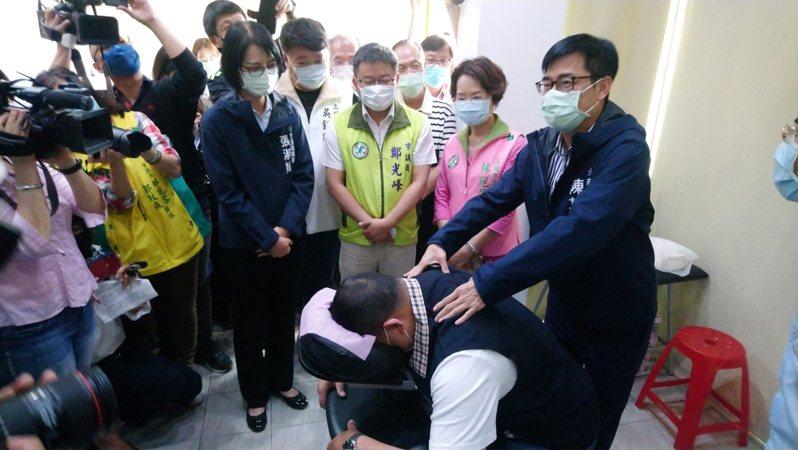 高雄市長陳其邁(右一)昨到「計程車駕駛關懷服務據點」視察。圖/高雄市交通局提供