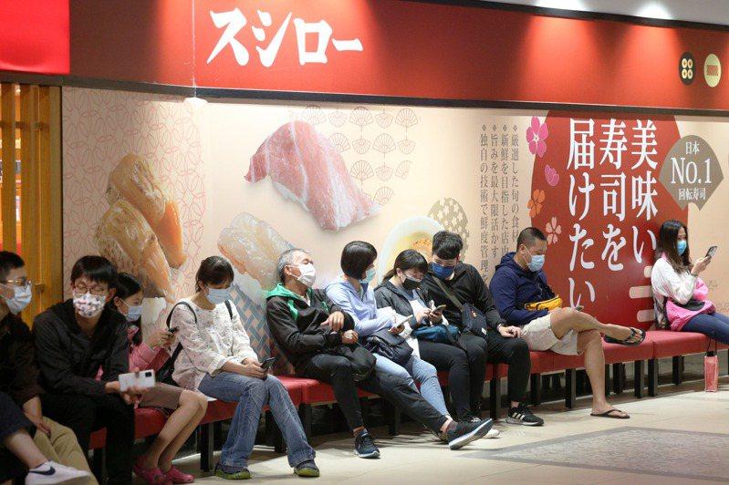 為了免費吃壽司,昨天全台有上百人改名稱「鮭魚」;台中市一名女大生改名叫「鮭魚丼飯」。圖為壽司郎高雄夢時代分店排隊人潮。記者劉學聖/攝影