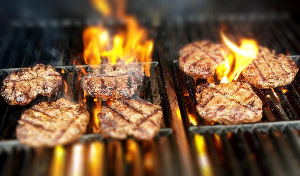 起一油鍋,以中火將肉餅雙面煎至金黃色後即可。 示意圖/pixabay