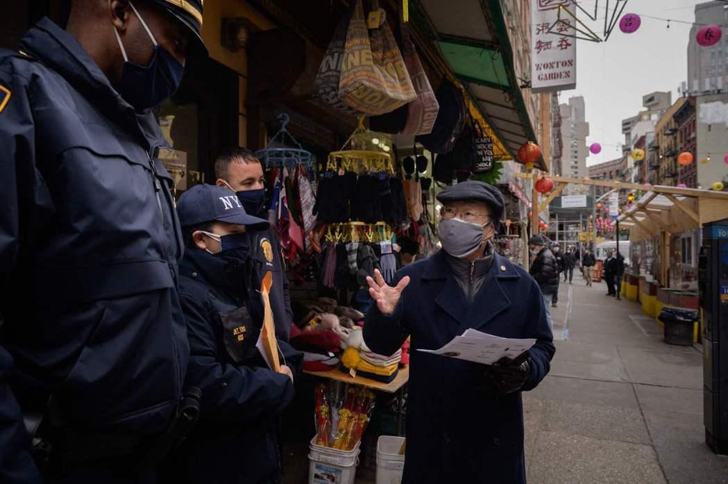 3月17日,在亞特蘭大槍擊事件發生後,警方在紐約唐人街與居民交談,並建議如何舉報...