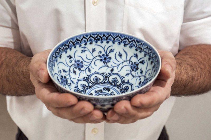 一位美國民眾在清倉拍賣中,以不到35美金購入一個陶瓷茶碗,後來才發現是件15世紀的古董,最後賣破72萬美金的天價。圖擷取自體育日本