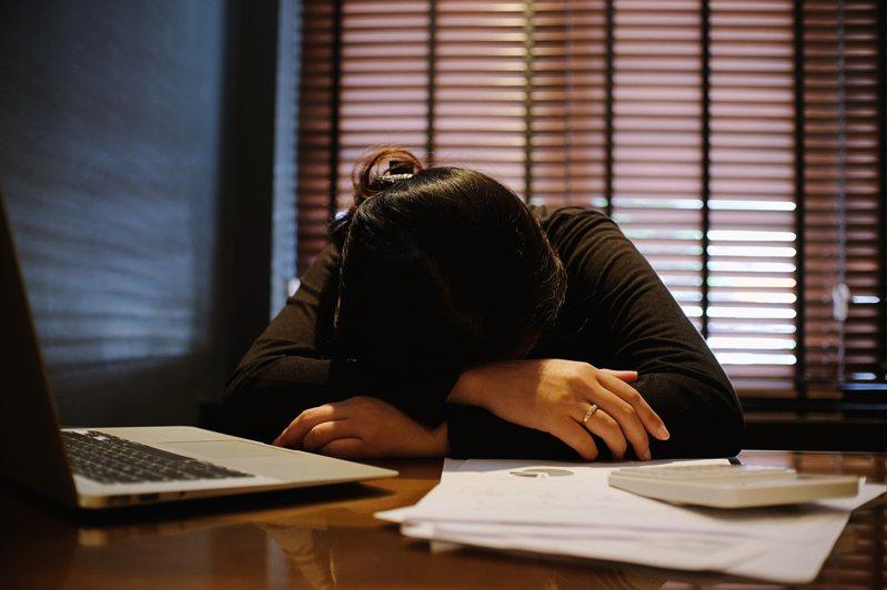 過度努力的人,如同過著「每天好像都有人在打分數」的日子。完成挑戰得到短暫快樂後,得到的是更多的恐懼感,「擔心下一次無法突破自己」。圖片來源:Ingimage