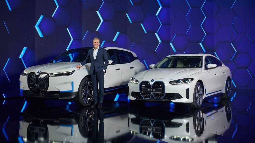BMW執行長Oliver Zipse與純電休旅iX、純電房車i4。 摘自BMW