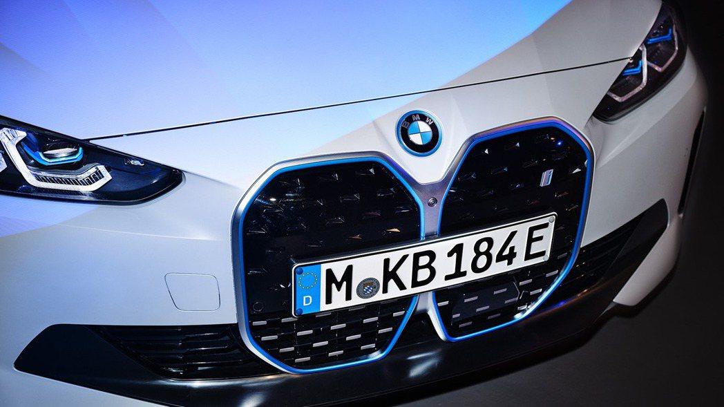 全新BMW i4當然也配置了垂直型雙腎格柵。 摘自BMW