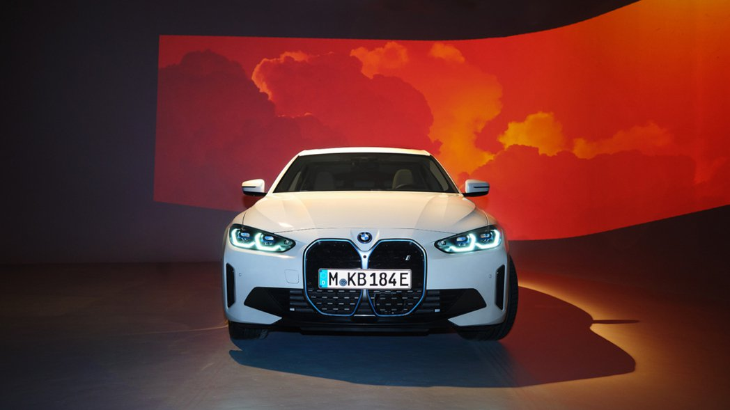 全新純電車BMW i4。 摘自BMW
