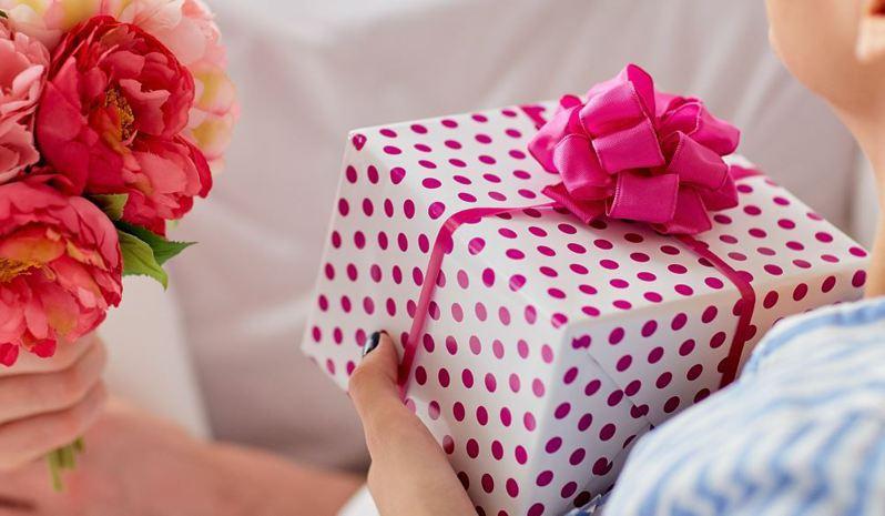 一名人妻在臉書社團《爆怨公社》發文指出,老公在情人節送了衣服給她,想不到試穿後卻讓她哭笑不得。 示意圖/ingimage