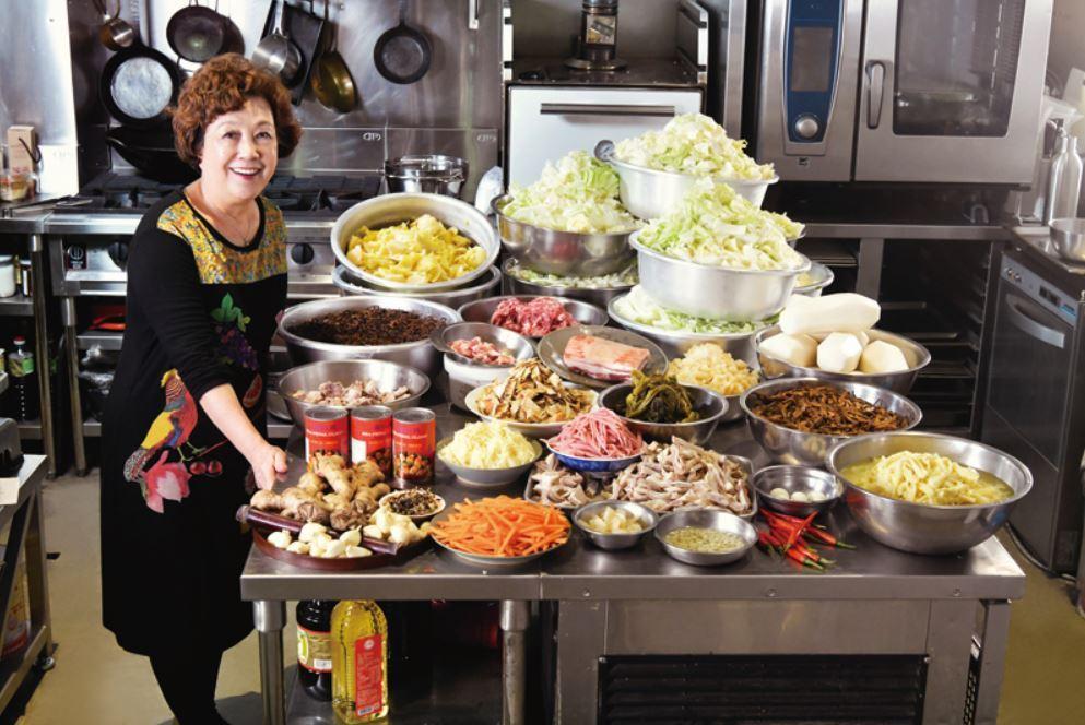 結一鍋菜尾湯需要準備的材料和菜餚之豐,相當壯觀。  圖/寫樂文化 提供