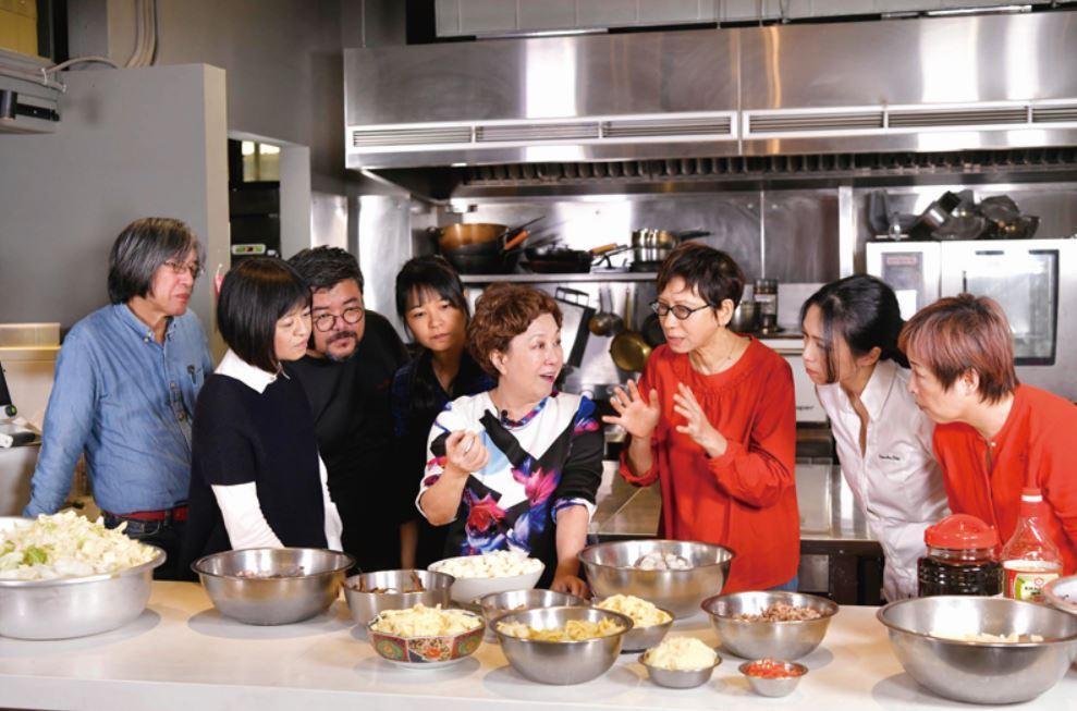 黃婉玲邀請了一眾美食、餐飲相關的名人好友共煮菜尾湯。(由左至右:詹宏志、葉怡蘭、...