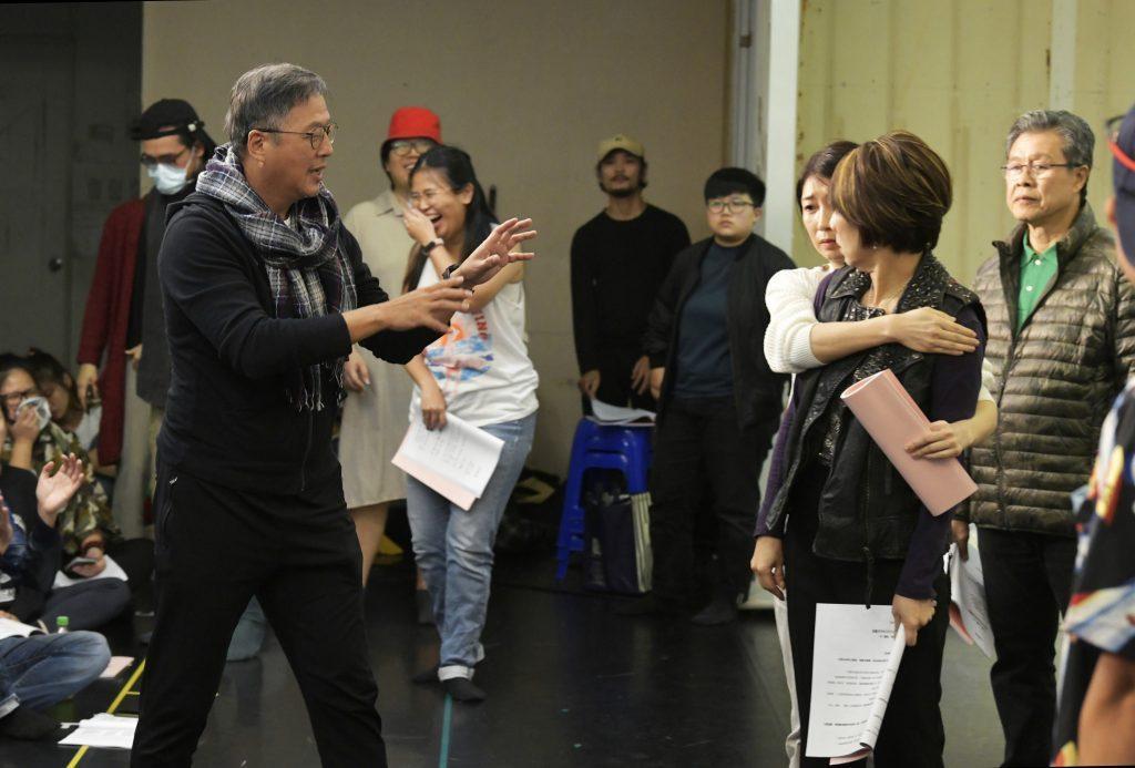 王偉忠(左)與演員們於排練場 圖/金星文創 提供