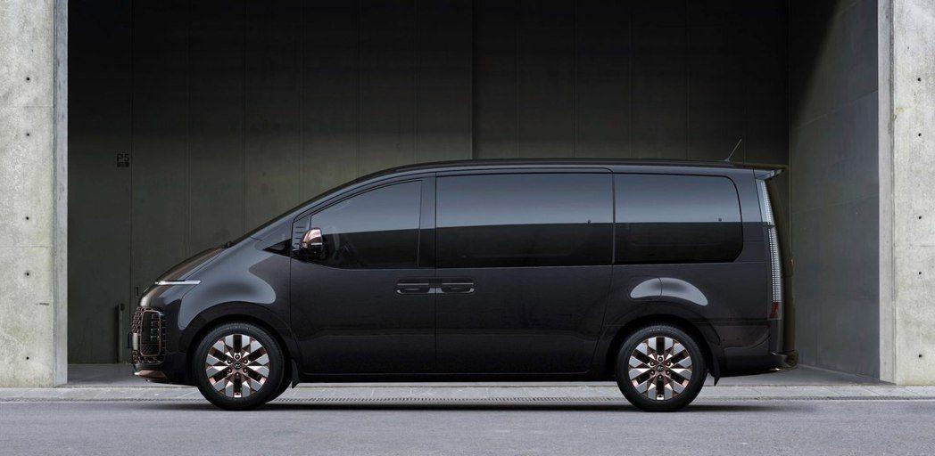 全新Hyundai Staria在今日(18)揭曉了外觀與內裝的設計。 摘自Hy...