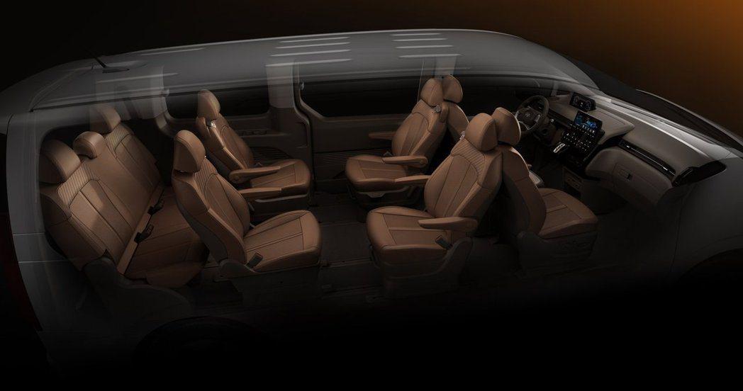 九人座Hyundai Staria Lounge的第二排座椅可180度旋轉。 摘...