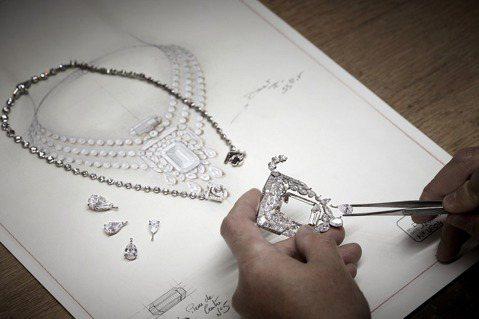 N°5頂級珠寶系列中,製作55.55克拉項鍊的過程。圖/香奈兒提供