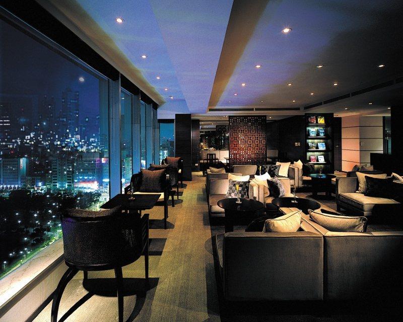 晶華酒店位於19F的大班廊能將都市美景盡收眼底。 業者/提供