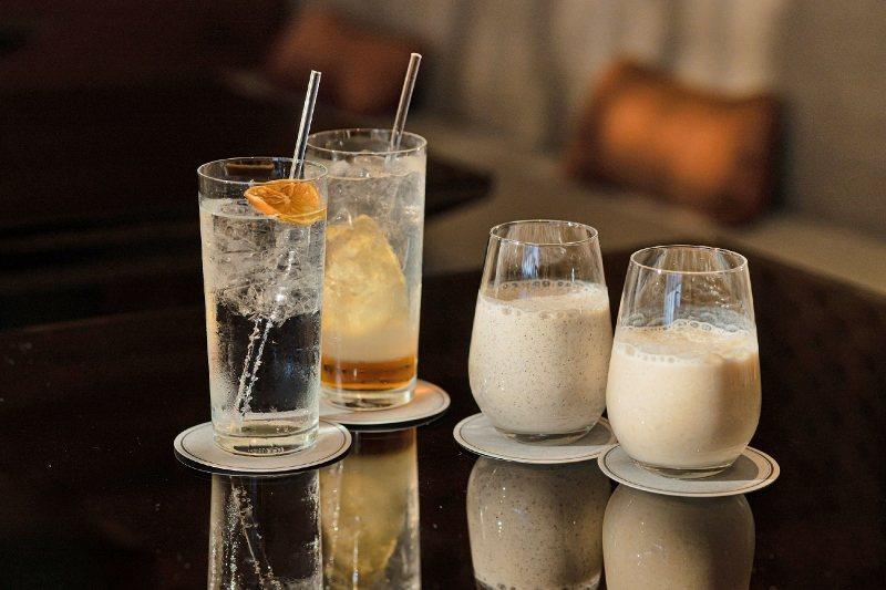 晶華酒店大班管家精心調製四款好眠飲品,由左至右分別是含酒精琴丹荔、夢東方,以及無...