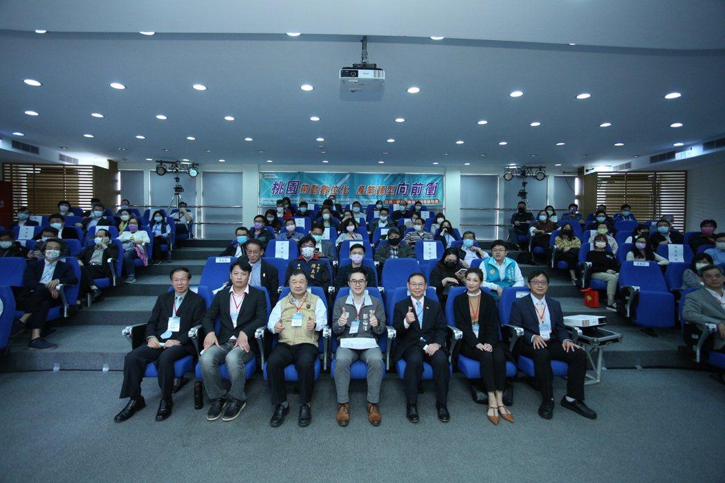 「亞洲.矽谷企業數位轉型」說明會,首場龜山工業區服務中心,吸引爆滿廠商參與。 桃...