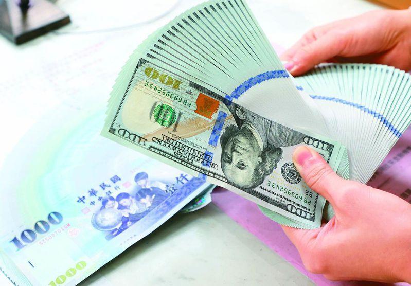 央銀行今(18)日決議貼放利率連四季按兵不動,也宣布上調今年經濟成長率至4.53%。 報系資料照