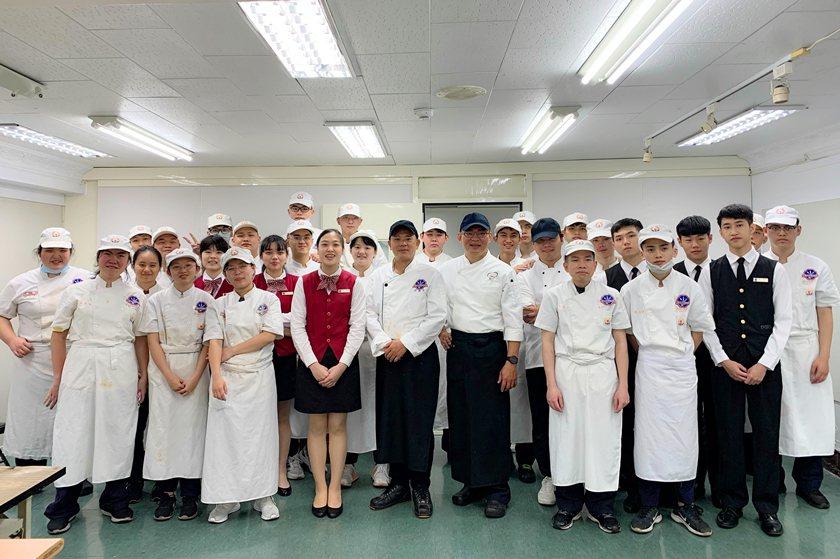 稻商餐飲科第14屆畢業師生合影。 校方/提供