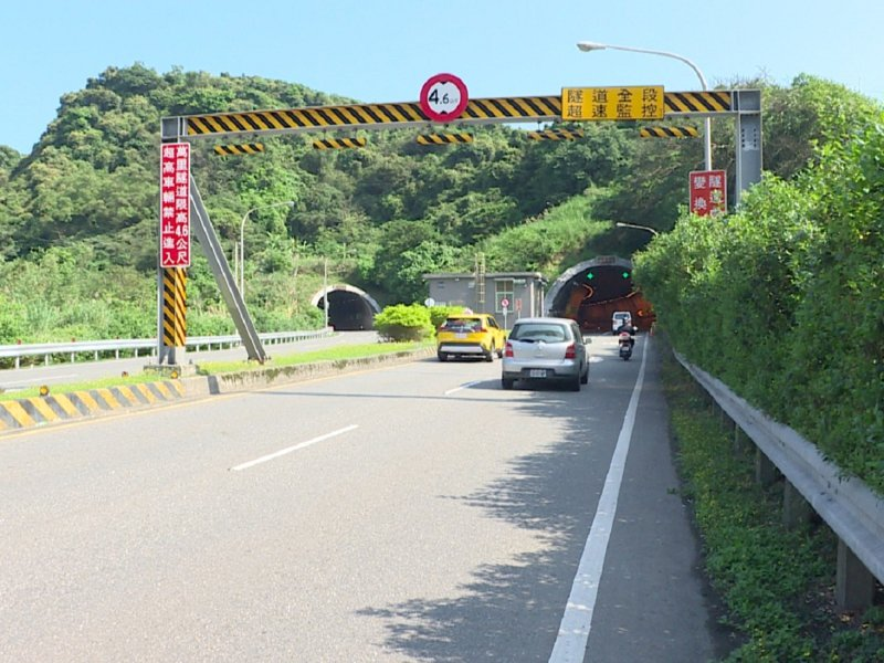 萬里隧道區間測速停用,金山警分局交通分隊也呼籲用路人還是需要遵守速限。 圖/紅樹林有線電視提供